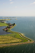 Nederland, Noord-Holland, Uitdam, 14-07-2008; dorpje gelegen aan de Waterlandse Zeedijk tussen IJsselmeer en Uitdammer Die (links); aan de horizon Marken; Uitdammerdijk, dorpsgezicht, Zuiderzee, Waterland, Lowlands.little village situtated behind former sea wall; netherlands - waterland. ;. ;..luchtfoto (toeslag); aerial photo (additional fee required); .foto Siebe Swart / photo Siebe Swart