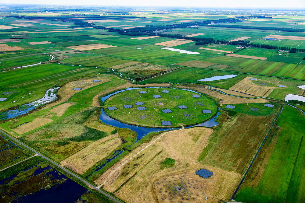 Nederland, Drenthe, Gemeente Borger-Odoorn, 05-08-2014; LOFAR (Low Frequency Array - lage frequentie telescoop), ten noorden van Exloo. Centrale gedeelte van de radiotelescoop. De gehele radiotelescoop bestaande uit vele duizenden aan elkaar gekoppelde antennes welke staan op de grijze tegels. Deze antennes bevinden zich op andere locaties, het geheel wordt beheerd door ASTRON.<br /> LOFAR (Low Frequency Array - Low Frequency telescope), north of Exloo. Central portion of the radio telescope..The entire radio telescope consists of thousands of interconnected antennas, the antennas are located on different sites, all operated by ASTRON.<br /> luchtfoto (toeslag op standard tarieven);<br /> aerial photo (additional fee required);<br /> copyright foto/photo Siebe Swart