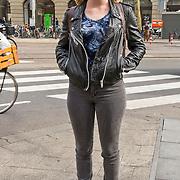 """Amsterdam, 17-04-2013. Op het Leidseplein te Amsterdam, voor hotel Americain, vonden opnames plaats van de KRO-misdaadserie Penoza III. Een aantal zwaarbewapende """"agenten"""" verrichtten een nogal spectaculaire arrestatie uit. Ook in Penoza III is de leidende rol weggelegd voor Carmen, gespeeld door Monic Hendrickx. Op de foto actrice Sigrid ten Napel"""