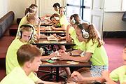 Uitreiking Méér Muziek in de Klas  Award Beste Ringtone door Wibi Soerjadi in het concertgebouw in Amsterdam. De kinderen componeerden zelf een ringtone die door een speciaal ensemble van het Metropole Orkest in het Concertgebouw zal worden gespeeld.<br /> <br /> Op de foto:   tijdens de workshop
