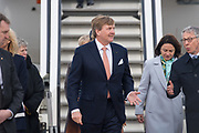Koning Willem-Alexander en koningin Maxima komen aan op het vliegveld voor een werkbezoek aan de Vrije Hanzestad Bremen.<br /> <br /> King Willem-Alexander and Queen Maxima arrive at the airport for a working visit to the Free Hanseatic City of Bremen.