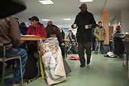 Tagesaufenthaltsst&auml;tten f&uuml;r Wohnungslose bieten ganzj&auml;hrig Schutz und konkrete &Uuml;berlebenshilfen an.  Aufgrund der ca. 2.000 obdachlosen Menschen in Hamburg sind die neun Tages-aufenthaltsst&auml;tten  insbesondere  in den Wintermonaten so stark &uuml;berlastet, dass sie nicht mehr allen Bed&uuml;rftigen  gerecht werden k&ouml;nnen. Keine der Tagesaufenthaltsst&auml;tten bietet t&auml;glich durchg&auml;ngige  &Ouml;ffnungszeiten an. Einige Betroffene pendeln zwischen den Einrichtungen, um nicht drau&szlig;en bleiben zu m&uuml;ssen. <br /> Das Hamburger Aktionsb&uuml;ndnis gegen Wohnungsnot fordert:  Auch tags&uuml;ber muss die Stadt Hamburg den Erfrierungsschutz sicherstellen, um die Gesundheit der Obdachlosen nicht zus&auml;tzlich zu gef&auml;hrden.