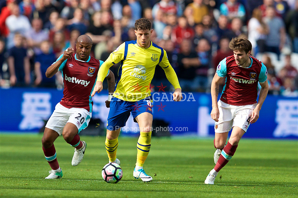 LONDON, ENGLAND - Saturday, April 22, 2017: Everton's Ross Barkley in action against West Ham United's Andre Ayew during the FA Premier League match at the London Stadium. (Pic by David Rawcliffe/Propaganda)