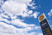 Een tankstation van Shell in Ely, Nevada. De benzineprijzen in Amerika zijn veel lager dan in Nederland.<br /> <br /> The Shell gas station near Ely, Nevada.