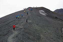 05-07-2014 NED: Iceland Diabetes Challenge dag 1, Landmannalaugar <br /> Vandaag ging de challenge van start. Met een bus gingen we van Vogar naar Landmannalaugar en zagen we de eerste tekenen van het prachtige landschap van IJsland / Groep team, Abderrahman