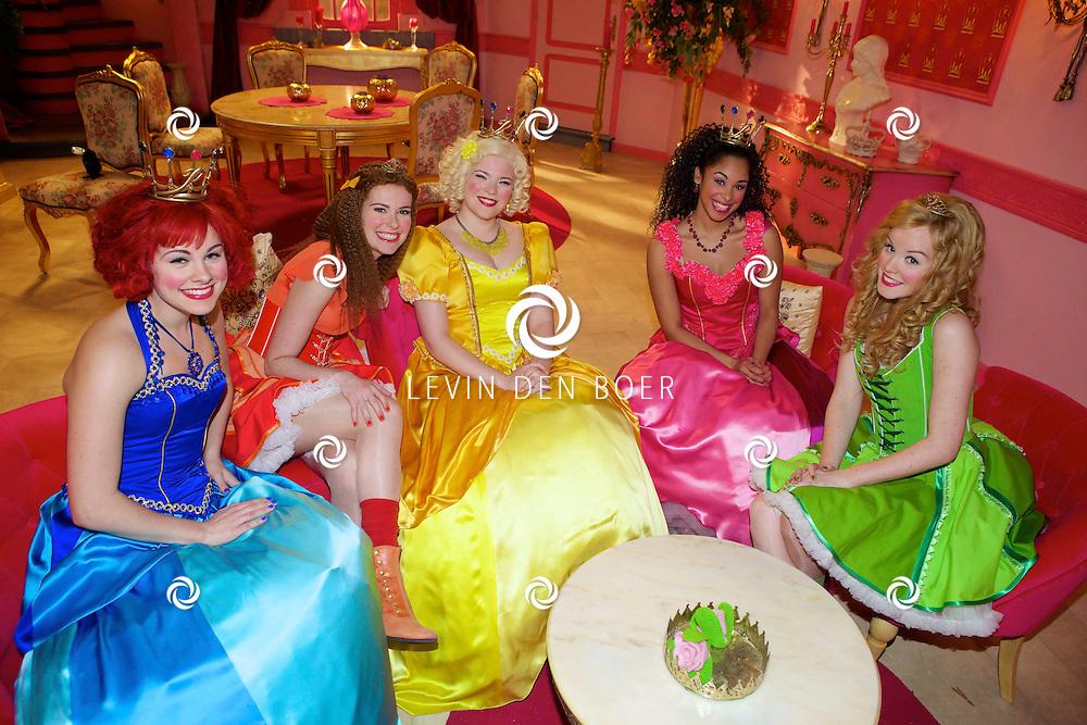 SCHELLE (BELGIE) - In Studio100 word het nieuwe tv programma van Studio100 'Prinsessia' opgenomen. Met hier op de foto  vlnr Prinses Violet (Fauve Celeste Geerling), Prinses Iris (Helle Vanderheyden), Prinses Madeliefje (Sylvia Boone), Prinses Roos (Désirée Viola) en Prinses Linde (Jolijn Henneman). FOTO LEVIN DEN BOER - PERSFOTO.NU