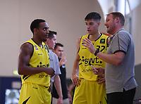Basketball 2. Bundesliga 2019/2019  Testspiel  24.08.2019 Tigers Tuebingen - Kirchheim Knights Trainer Doug Spradley (re) mit Nemanja Nadjfeji (Mitte) und Diante Baldwin (li, alle Tigers)