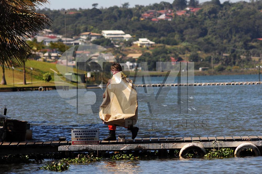 BRASILIA, DF, 26 DE MAIO DE 2011 – NAUFRAGIO LAGO PARANOÁ - A major Vanessa do Corpo de Bombeiro de Brasilia durante os preparativos para içar o barco que afundou no Lago Paranoá em Brasilia na manhã dessa quinta-feira (26). (FOTO: ED ALVES / NEWS FREE).