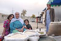 20 OCT 2001, DUSCHANBE/TAJIKISTAN:<br /> Ein alte Frau verkauft - mit ihrer Tochter und ihren Enkeltoechtern - Reis auf einem Markt in Duschanbe, der Hauptstadt von Tadschikistan<br /> IMAGE: 20011020-01-044