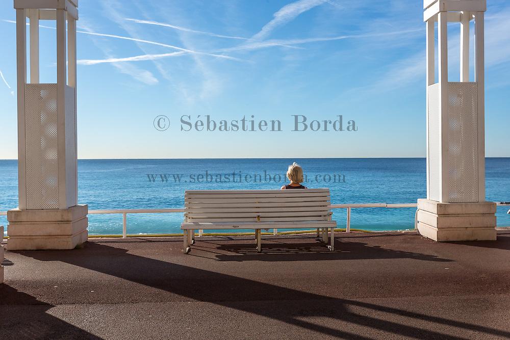 Femme assise sur un banc le long de la promenade des Anglais  //  Woman sitting on a bench on promenade des Anglais