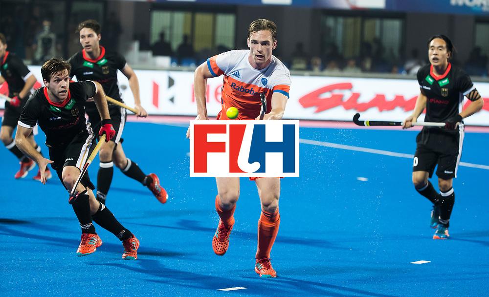 BHUBANESWAR -  Mirco Pruyser (Ned) aan de bal  tijdens de Hockey World League Finals , de kwartfinale wedstrijd Duitsland-Nederland.  links Phillipp Huber (Ger)  COPYRIGHT KOEN SUYK