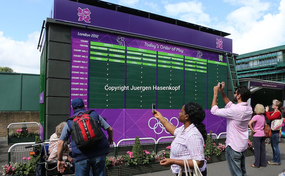 Olympiade,Wimbledon,AELTC,London 2012.Olympic Tennis Tournament, Leute,Fans fotografieren die Anzeigetafel auf der Anlage,Querformat,Feature,