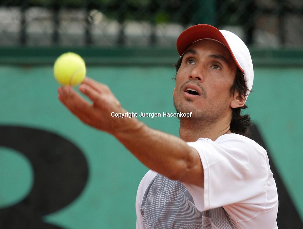 French Open 2009, Roland Garros, Paris, Frankreich,Sport, Tennis, ITF Grand Slam Tournament,  ..Martin Vassallo Arguello (ARG) spielt einen Aufschlag,Ballwurf..Foto: Juergen Hasenkopf..