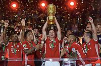 Jubel v.l. Douglas Costa, Thiago Alcantara, Robert Lewandowski, Arturo Vidal, Franck Ribery (Bayern) mit Pokal<br /> 21.05.2016, Fussball, DFB-Pokal, Finale 2016, FC Bayern München - Borussia Dortmund<br /> Norway only