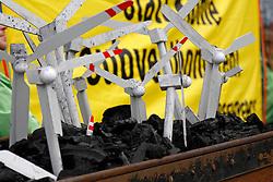 Über 8000 Menschen haben am 22.03.2014 in Hannover gegen das drohende Scheitern der Energiewende demonstriert.<br /> <br /> Sie setzten sich für den Ausbau erneuerbarer Energien und gegen die Renaissance von Kohle- und Atomstrom sowie gegen fracking ein.<br /> <br /> Insgesamt demonstrierten insgesamt über 30.000 Menschen in sieben Landeshauptstädten für die konsequente Fortführung der Energiewende.