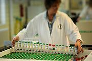 In den Milchproben wird der Gesamtkeimgehalt, die Zellzahl, der Fett/Eiweißgehalt und der Gefrierpunkt bestimmt  - Landeskontrollverband Schleswig-Holstein e.V., 24106 Kiel