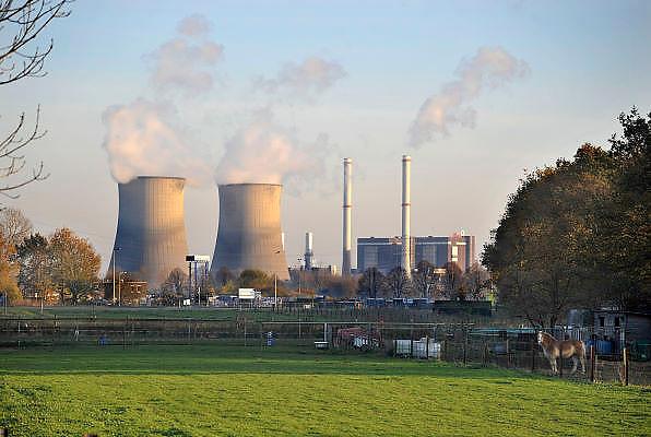 Nederland, Wessem, 15-11-2011Rokende schoorsteen en koeltorens van de Prins Clauscentrale van Essent bij Roermond.Foto: Flip Franssen/Hollandse Hoogte