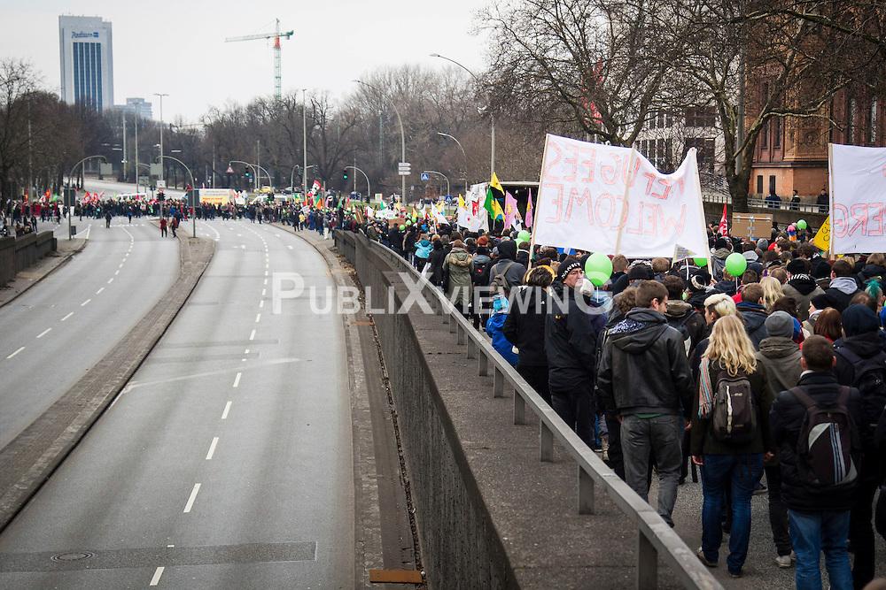 """Am 1.3.2014 versammelten sich in Hamburg zwischen 5.00 und 7.000 Menschen um gemeinsam mit der """"Lampedusagruppe Hamburg"""" für ein dauerhaftes Bleiberecht und das Recht auf Asyl zu demonstrieren."""
