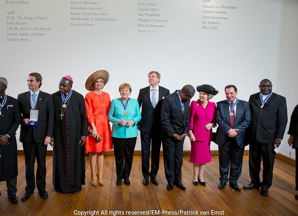 uUitreiking van de Four Freedoms Awards 2016 aan de Duitse bondskanselier Angela Merkel in de Nieuwe Kerk in Middelburg. De Four Freedom Awards is een prijs voor  de inzet van de vrijheid van meningsuiting, de vrijheid van godsdienst, de vrijwaring van gebrek en de vrijwaring van vrees.<br /> <br /> Presentation of the Four Freedoms Awards in 2016 to German Chancellor Angela Merkel in the Nieuwe Kerk in Middelburg. The Four Freedom Awards is a price for the use of freedom of expression, freedom of religion, freedom from want and freedom from fear.<br /> <br /> Op de foto / On the photo:  De laureaten poseren samen met Koningin Maxima en Koning Willem-Alexander voor een groepsfoto na afloop van de uitreiking van de Four Freedoms Awards 2016 <br /> <br /> <br /> The winners pose with Queen Maxima and King Willem-Alexander for a group photo after the presentation of the Four Freedoms Awards 2016