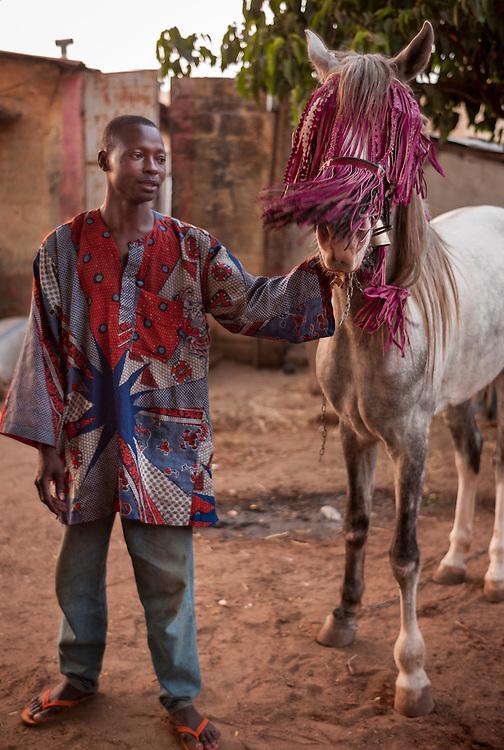 Souleiman Gnora, prince of Djougou, tests the accessories he made himself on Fourd&eacute;, his horse.<br />  <br /> Souleiman Gnora, prince de Djougou, essaie les d&eacute;corations - qu'il a fabriqu&eacute;s lui-m&ecirc;me, sur son cheval, Fourd&eacute;.