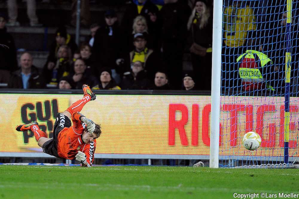 Brøndby, Denmark, 20121104:.Keeper Michael Tørnes, BIF Brøndby IF. kan ikke redde skuddet til 3-0.Photo: Lars Moeller