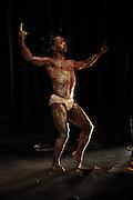 Juillet- danse 2011 à Frison avec la performance de Merlin Nyakam & Yo Et'am. Chorégraphie et Danse Merlin Nyakam, Musique Lionel Dessolyv. © Romano P. Riedo