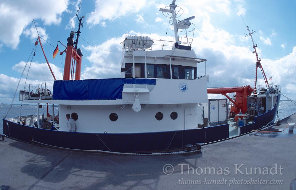 Das Forschungsschiff LITTORINA des Instituts für Meereskunde in Kiel hat am 07.06.2000 einen Zwischenstopp am Blankeneser Bullen eingelegt.