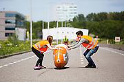 In Delft oefent het HPT met het starten en stoppen. In september wil het Human Power Team Delft en Amsterdam, dat bestaat uit studenten van de TU Delft en de VU Amsterdam, een poging doen het wereldrecord snelfietsen te verbreken, dat nu op 133,8 km/h staat tijdens de World Human Powered Speed Challenge.<br /> <br /> In Delft the HPT is training with starts ands stops. With the special recumbent bike the Human Power Team Delft and Amsterdam, consisting of students of the TU Delft and the VU Amsterdam, also wants to set a new world record cycling in September at the World Human Powered Speed Challenge. The current speed record is 133,8 km/h.
