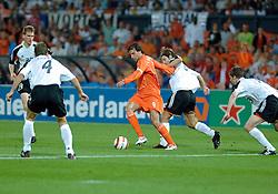 17-08-2005 VOETBAL: VRIENDSCHAPPELIJK INTERLAND: NEDERLAND-DUITSLAND: ROTTERDAM<br /> <br /> Nederland heeft de vriendschappelijke wedstrijd tegen Duitsland niet weten te winnen. In Rotterdam gaf Oranje tot twee keer toe een voorsprong weg en moest het genoegen nemen met 2-2. / <br /> <br /> ©2005-www.fotohoogendoorn.nl