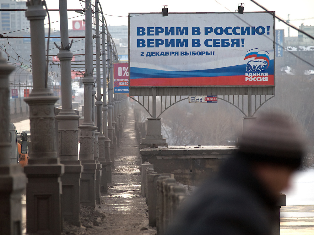 Nowosibirsk/Russische Foederation, RUS, 19.11.07: Duma Wahlplakat der Putin Partei &quot;Einiges Russland&quot; an einer Bruecke &uuml;ber den Flu&szlig; Ob im Zentrum der sibirischen Hauptstadt Nowosibirsk. <br /> <br /> Novosibirsk/Russian Federation, RUS, 19.11.07: Duma election billboard for the Putin party &quot;United Russia&quot; on a bridge across the river Ob in the center of the Siberian capital city Novosibirsk.