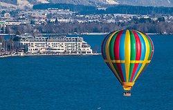 05.02.2018, Zell am See - Kaprun, AUT, BalloonAlps, im Bild ein Heissluftballon in der Luft über den Zeller See mit dem Grand Hotel // A hot air balloon in the air over the Zeller lake with the Grand Hotel during the International Balloonalps Alps Crossing Event, Zell am See Kaprun, Austria on 2018/02/05. EXPA Pictures © 2018, PhotoCredit: EXPA/ JFK