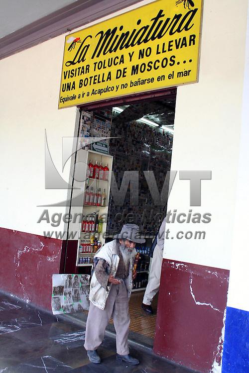Toluca, Mex.- Un anciano indigente camina frente a una tiende de licores llamada &quot;La Miniatura&quot;. Agencia MVT / Javier Rodriguez. (DIGITAL)<br /> <br /> NO ARCHIVAR - NO ARCHIVE