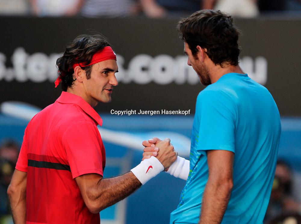 Australian Open 2012, Melbourne Park,ITF Grand Slam Tennis Tournament,Juan Martin Del Potro (ARG) gratuliert dem Sieger Roger Federer (SUI),Halbkoerper,Querformat,