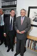 Charlie Scheips and David Hockney. Robert Mapplethorpe exhibition curated by David Hockney. Alison Jacques Gallery. clifford St. London. 13 January 2005.  ONE TIME USE ONLY - DO NOT ARCHIVE  © Copyright Photograph by Dafydd Jones 66 Stockwell Park Rd. London SW9 0DA Tel 020 7733 0108 www.dafjones.com