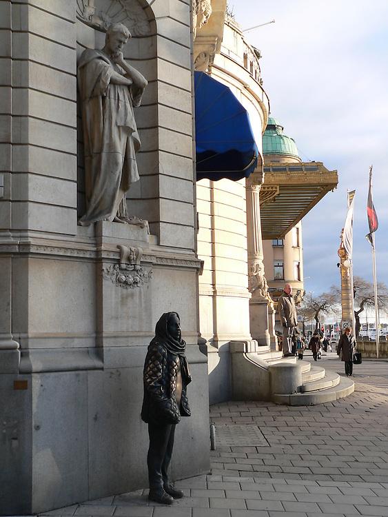 Margareta Krook står staty utanför Dramaten vid Nybroplan. Hon utstrålar värme, det syns för många smeker hennes mage.