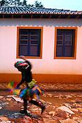 Tiradentes_MG, 05 de Marco de 2011...CARNAVAL 2011 - BLOCO DO ALVORADA..Folioes se divertem no bloco do alvorada que desfilou do Alto São Francisco ao Largo das Forras.O carnaval comeca com chuva em MG.. .FOTO: MARCUS DESIMONI / NITRO.