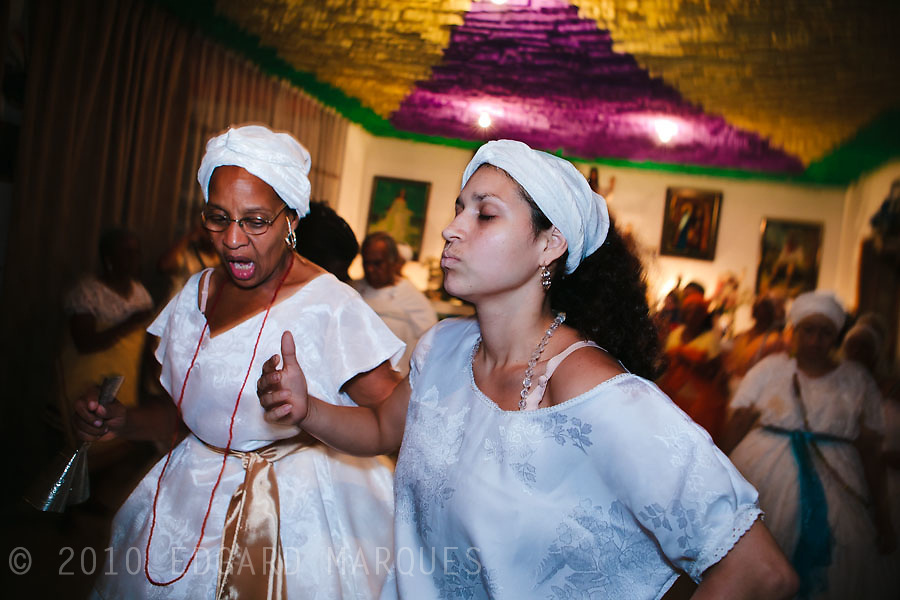 CANDOMBLE SUFFERED PERSECUTIONS SINCE ITS BIRTH IN BRASIL. NOW, UNDER THE PRESSURE OF GROWING EVANGELISM, IT'S TIME TO LOOK FOR ACEPTANCE. FATHER BERNARDO DE OXUM, FROM RIO DE JANEIRO. CELEBRATES HIS 60TH ANNIVERSARY IN CANDOMBLE. OSHUN IS AN ORISHA OF LOVE, MATERNITY AND MARRIAGE./ EL CANDOMBLE SUFRIO PERSECUCIONES DESDE SU NACIMIENTO EN BRASIL. AHORA, SO PRESION DEL EVANGELISMO CRECIENTE, BUSCA LA ACEPTACION PARA SOBREVIVIR. PADRE  BERNARDO DE OXUM, DE RIO DE JANEIRO. CELEBRA SU 60 ANIVERSARIO EN EL CANDOMBLE. OSHUN ES UN ORISHA DE AMOR, MATERNIDAD Y MATRIMONIO.