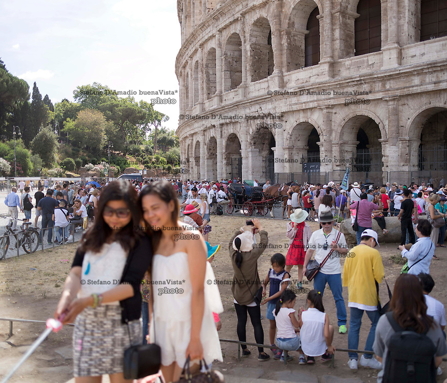 turisti fronte colosseo,<br /> Tourists photographing in front of the Colosseum