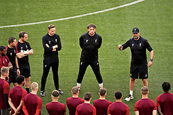 MADRID, SPAIN - Friday, May 31, 2019: Liverpool's manager Jürgen Klopp (R) speaks to his team during a training session ahead of the UEFA Champions League Final match between Tottenham Hotspur FC and Liverpool FC at the Estadio Metropolitano. (Pic by Handout/UEFA)