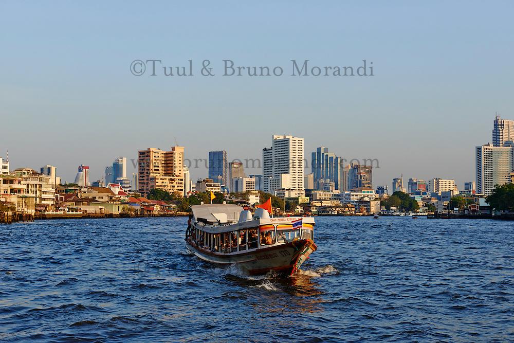 Thailande, Bangkok, fleuve Chao Phraya, bateau bus Chao Phraya Express // Thailand, Bangkok, Chao Phraya river, Chao Phraya Express boat