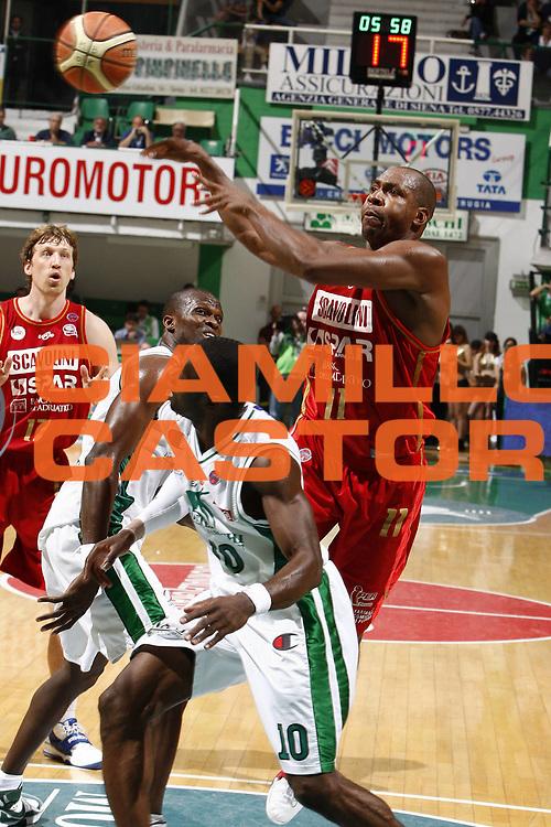 DESCRIZIONE : Siena Lega A 2008-09 Playoff Quarti di finale Gara 3 Montepaschi Siena Scavolini Spar Pesaro <br /> GIOCATORE : Michael Hicks<br /> SQUADRA : Scavolini Spar Pesaro<br /> EVENTO : Campionato Lega A 2008-2009 <br /> GARA : Montepaschi Siena Scavolini Spar Pesaro<br /> DATA : 23/05/2009<br /> CATEGORIA : passaggio<br /> SPORT : Pallacanestro <br /> AUTORE : Agenzia Ciamillo-Castoria/E.Castoria