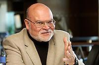 """05 APR 2004, BERLIN/GERMANY:<br /> Prof. Dr. Peter Loesche, Politikwissenschaftler Universitaet Goettingen, waehrend einem Roundtable-Gespraech der zeitschrift Politik und Kommunikation, Restaurant """"Die 1""""<br /> IMAGE: 20040405-01-007<br /> KEYWORDS: Peter Lösche"""