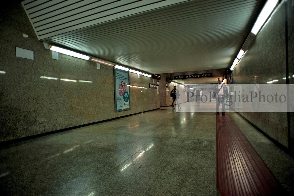 Taranto, maggio 2013.La stazione di Taranto è lo scalo ferroviario principale merci e viaggiatori della omonima città. Situata in viale Duca d'Aosta, nei pressi del Ponte di Porta Napoli, è un importante snodo ferroviario per il traffico regionale e a lunga percorrenza...La costruzione della stazione di Taranto iniziò in seguito all'approvazione del progetto per la Bari-Gioia del Colle-Taranto; questa si concluse con l'inaugurazione, il 15 settembre 1868 in seguito all'entrata in esercizio della tratta Gioia del Colle-Taranto[1]. Il 28 febbraio 1869 la stazione veniva collegata anche con Metaponto in quanto la Società per le Strade Ferrate Meridionali aveva iniziata la costruzione della Ferrovia Jonica[2]. Nella stessa data veniva realizzato anche il collegamento tra stazione e Porto di Taranto ed aperto il primo tratto della Ferrovia Battipaglia-Potenza-Metaponto che, una volta terminata, avrebbe aperto l'allora importante collegamento ferroviario con Salerno e Napoli. Nel 1886 la Società per le Strade Ferrate del Mediterraneo apriva la Ferrovia Taranto-Brindisi[3] che terminata avrebbe assicurato il collegamento, (più veloce e sicuro via ferrovia), tra le due importanti stazioni e sedi portuali. La stazione di Taranto fu quindi comune alle due amministrazioni ferroviarie della Rete Adriatica e della Rete Mediterranea. Fino alla fine del secolo XIX fu l'importantissimo snodo ferroviario, per l'Adriatica e il nord, su cui gravava tutto il traffico di derrate e legnami proveniente dalla Calabria e dalla Sicilia. Questo si ridusse in seguito all'apertura della Ferrovia Tirrenica Meridionale che ne spostò la maggior parte sulla direttrice di Salerno e Napoli. In seguito alla costituzione delle Ferrovie del Sud Est la stazione è divenuta origine di ulteriori direttrici di traffico regionale via Martina Franca.