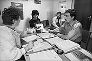 Duitsland, BRD, Giessen, 12-9-1989Voorafgaand aan de Val van de Muur in Berlijn, die het einde van de Koude Oorlog markeert en de ineenstorting van het communisme tot gevolg had, vond er in de loop van 1989 een grote uittocht plaats vanuit de DDR via ambassades in oa.a. Praag en een opening in de grens van Hongarije, naar de Bondsrepubliek Duitsland. In het centrale opvangcentrum in Giessen, wat al sinds 1963 als doorgangsplek fungeerde, werden zij opgevangen, geregistreerd en van een werkvergunning voorzien . Van hieruit gingen zij naar gemeenten voor huisvesting en begeleiding naar werk. In totaal zijn hier al die jaren 800.000 ubersiedler, uebersiedler, geweest.Vluchtelingen uit de DDR na hun aankomst in het opvangcentrum in de westduitse stad Giessen. Refugees from the GDR after arrival in the West in the german city of Giessen.FOTO: FLIP FRANSSEN/ HOLLANDSE HOOGTE