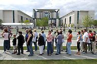 21 AUG 2004, BERLIN/GERMANY:<br /> Warteschlange am Tag der offenen Tuer vor dem Bundeskanzleramt<br /> IMAGE: 20040821-01-047<br /> KEYWORDS: Kanzleramt, Buerger, Bürger, Tag der offenen Tür, Besucher, warten