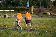 Teamleden gaan de kapotte band repareren. Het Human Power Team Delft en Amsterdam (HPT), dat bestaat uit studenten van de TU Delft en de VU Amsterdam, is in Senftenberg voor een poging het laagland sprintrecord te verbreken op de Dekrabaan. In september wil het Human Power Team Delft en Amsterdam, dat bestaat uit studenten van de TU Delft en de VU Amsterdam, tijdens de World Human Powered Speed Challenge in Nevada een poging doen het wereldrecord snelfietsen voor vrouwen te verbreken met de VeloX 7, een gestroomlijnde ligfiets. Het record is met 121,44 km/h sinds 2009 in handen van de Francaise Barbara Buatois. De Canadees Todd Reichert is de snelste man met 144,17 km/h sinds 2016.<br /> <br /> The Human Power Team is in Senftenberg, Germany to race at the Dekra track as a preparation for the races in America. With the VeloX 7, a special recumbent bike, the Human Power Team Delft and Amsterdam, consisting of students of the TU Delft and the VU Amsterdam, also wants to set a new woman's world record cycling in September at the World Human Powered Speed Challenge in Nevada. The current speed record is 121,44 km/h, set in 2009 by Barbara Buatois. The fastest man is Todd Reichert with 144,17 km/h.