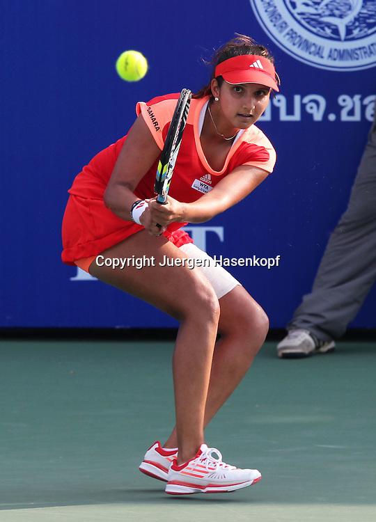 PTT Pattaya Open 2012,WTA Tennis Turnier,. International Series, Dusit Resort in Pattaya,.Thailand, Sania Mirza (IND),Aktion,Einzelbild,.Ganzkoerper,Hochformat,