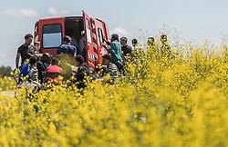 24.06.2016, Dschungelcamp, Calais, FRA, der Dschungel von Calais, im Bild Migranten vor einem Essenswagen. Das Camp ist eine provisorische Zeltstadt nahe der französischen Stadt Calais. Mehrere tausend Menschen kampieren dort in Zeltunterkünften und warten auf eine Möglichkeit zur illegalen Weiterreise durch den Eurotunnel nach Großbritannien. Migrants from a food car. The Calais Jungle is the nickname given to a migrant encampment, where migrants live while they attempt illegally to enter the United Kingdom at the Jungle Camp of Calais, France on 2016, 06, 24. EXPA Pictures © 2016, PhotoCredit: EXPA, JFK