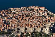 Blick über die Stadt Dubrovnik an der Küste zur Adria. Kroatien. Osteuropa * View over city of Dubrovnik at the coast to the Adriatic Sea. Croatia. Eastern Europe.
