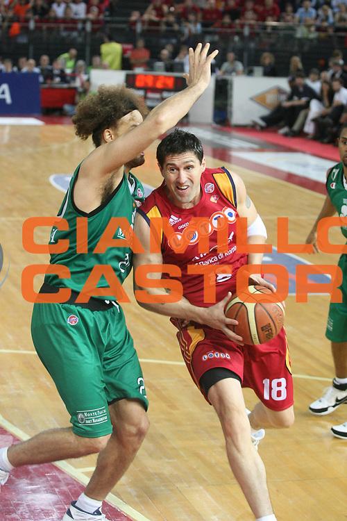 DESCRIZIONE : Roma Lega A1 2007-08 Playoff Finale Gara 3 Lottomatica Virtus Roma Montepaschi Siena <br /> GIOCATORE : Roberto Gabini <br /> SQUADRA : Lottomatica Virtus Roma <br /> EVENTO : Campionato Lega A1 2007-2008 <br /> GARA : Lottomatica Virtus Roma Montepaschi Siena <br /> DATA : 08/06/2008 <br /> CATEGORIA : Penetrazione <br /> SPORT : Pallacanestro <br /> AUTORE : Agenzia Ciamillo-Castoria/G.Ciamillo